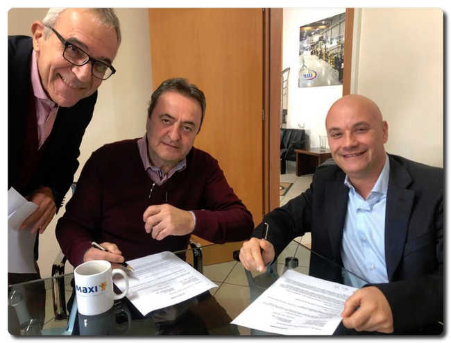 The signing of the contract. From left: Spyros Deliadis - Recard Area Agent; William Papadopoulos - Chairman of the Board and CEO MAXI SA; Silvio Renieri - Shareholder of Recard S.P.A.