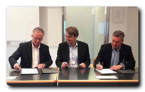 Signing the contract. From left Max Oberhumer (Sappi), Marko Oinonen (Valmet) and Harri A. Heikkilä (Valmet).