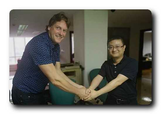 Leif Sundberg, Sales Manager, Pulp and Energy business line, Valmet, shaking hands with Xu Zhaohui, Chairman of Lvyuan Group